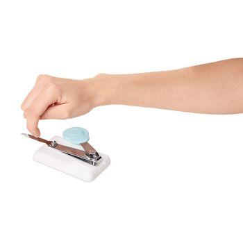 VIT-70110560 Hulpmiddel lichaamsverzorging - nagelknipper In gebruik foto